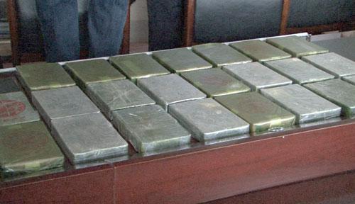 Hai người đàn ông xách bao tải 23 bánh heroin đi bán