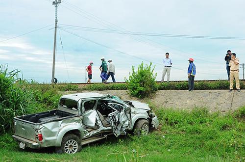 Ôtô lật ngửa, rớt xuống ruộng sau khi bị tàu hỏa húc văng. Ảnh: Thạch Thảo.