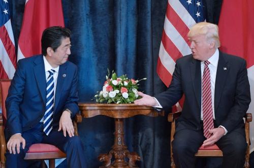 Thủ tướng Nhật Shinzo Abe và Tổng thống Mỹ Donald Trump trong cuộc họp song phương bên lề hội nghị G7. Ảnh: AFP.