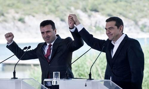 Thủ tướng Macedonia  Zoran Zaev (trái) và Thủ tướng Hy Lạp Alexis Tsipras trong lễ ký thỏa thuận ngày 17/6. Ảnh: AFP.