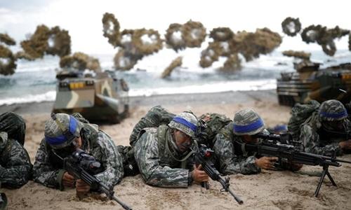 Lính thủy đánh bộ Hàn Quốc trong cuộc tập trận chung Đại bàng non với Mỹ tháng 3/2017. Ảnh: Reuters.