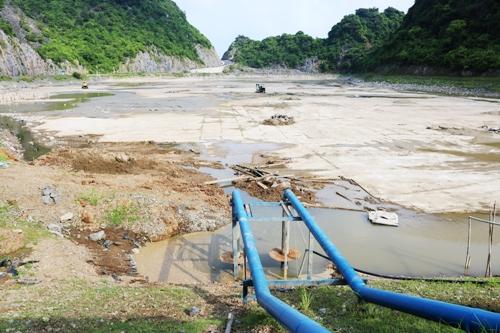 Hồ chứa nước ngọt nhân tạo tại xã Trân Châu, huyện Cát Hải (Hải Phòng) là nguồn dự trữ và cung cấp nước ngọt cho thị trấn Cát Bà đã cạn trơ đáy do thời tiết khô hạn, ít mưa. Ảnh: Giang Chinh