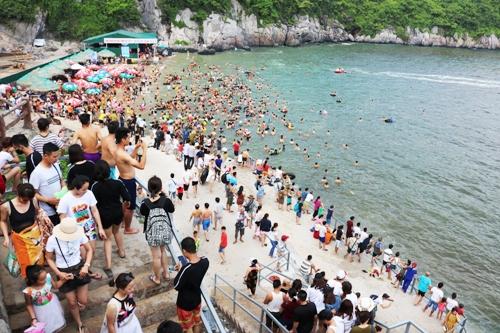 Nguyên nhân được xác định là do thời tiết khô hạn, ít mưa và lượng du khách đổ về Cát Bà từ đầu mùa du lịch đến nay tăng đột biến. Ảnh: Giang Chinh
