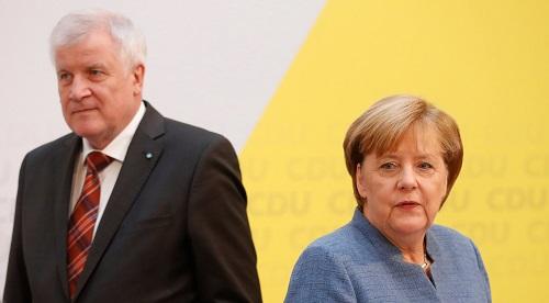 Thủ tướng Đức Anglea Merkel (trái) và Bộ trưởng Nội vụ Horst Seehofer trong cuộc họp báo ở Berlin hồi tháng 10/2017. Ảnh: AFP.