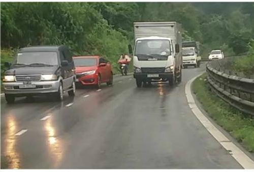 Xe tải đang tăngtốc để vượt qua hai xe phía trước, thấy nguy hiểm nên tôibắt đầu giảm tốc độ hết cỡ&từ 40km/h về 10km/h.