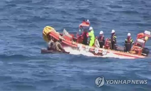 Lực lượng hải cảnh Hàn Quốc cứu công dân Triều Tiên trên biển. Ảnh: Yonhap.