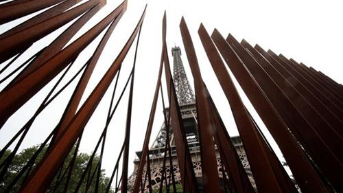 Hai mặt còn lại là rào chắn kim loại cao 3,24 m bằng 1/8 chiều cao của tháp Eiffel. Ảnh: Reuters.