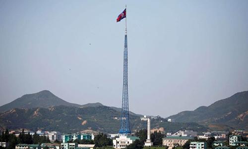 Quốc kỳ Triều Tiên tung bay hồi tháng 8/2017 trên một ngọn tháp ở làng Gijungdong, gần khu vực phi quân sự liên Triều. Ảnh: Reuters.