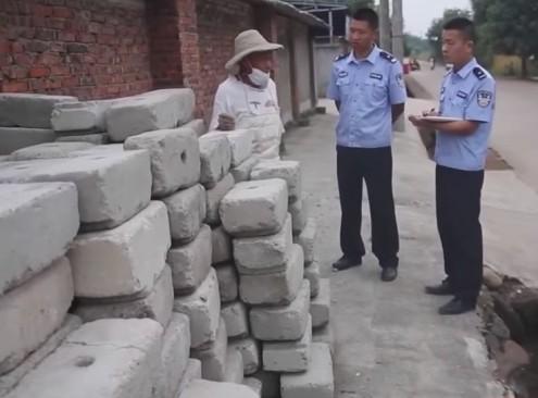 Cảnh sát điều tra manh mối từ các khối bê tông.
