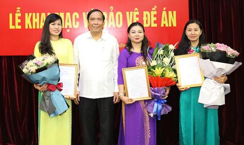 Ông Nguyễn Thanh Bình trao quyết định bổ nhiệm cho ba thí sinh trúng tuyển. Ảnh: M.A