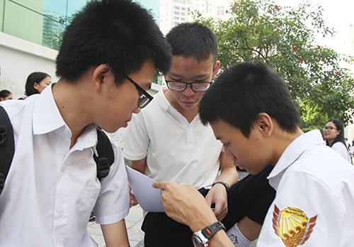 Học sinh tranh thủ ôn tập trước khi vào thi môn Toán, kỳ thi tuyển sinh lớp 10 trường THPT chuyên Đại học Sư phạm Hà Nội. Ảnh:Ngọc Thành