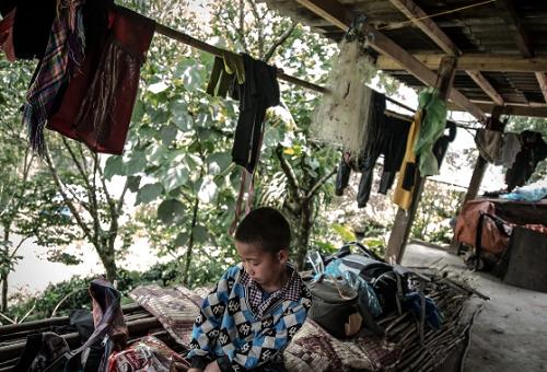 Con trai bà Su. Gia đình bà là một trong những hộ nghèo nhất vùng. Ảnh: SCMP.