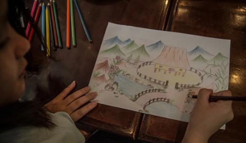 Cau vẽ ngôi nhà trong mơ tại tổ chức Hagar Internationals, nơi chuyên giúp đỡ tư vấn tâm lý cho nạn nhân buôn người, giúp họ quên đi quá khứ. Ảnh: SCMP.