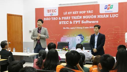 Ông Đỗ Ngọc Hoàng - Giám đốc phát triển nguồn lực FPT Software cùng ông Nguyễn Văn Vinh - Giám đốc Học viện Fresher FPT Software giao lưu hỏi đáp với sinh viên BTEC FPT.