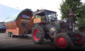 Cụ ông lái xe máy kéo từ Đức sang Nga xem World Cup