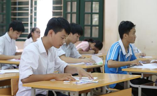 Trong khi thí sinh căng thẳng làm bài, ở khu vực cách ly giáo viên làm đề cũng lo lắng. Ảnh: Ngọc Thành