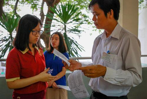 Thí sinh dự thi tuyển sinh lớp 10 tại hội đồng thi THPT Bùi Thị Xuân (TP HCM). Ảnh: Thành Nguyễn.