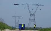 Thiết bị bay giúp con người chăng dây điện