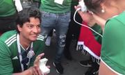 Cổ động viên Mexico cầu hôn bạn gái sau chiến thắng trước Đức