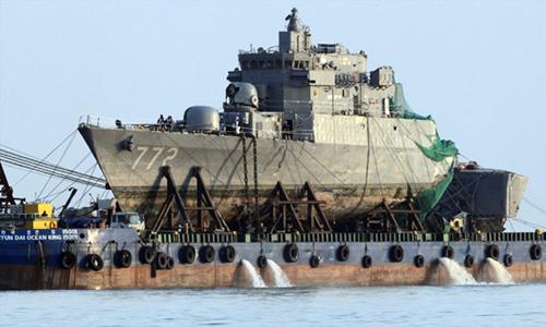 Tàu Cheonan sau khi được trục vớt vào tháng 4/2010. Ảnh: AFP.