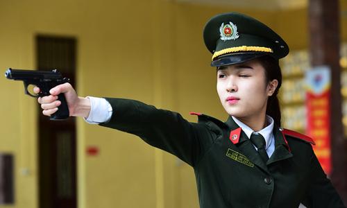 Học viên An ninh nhân dân huyến luyện bắn súng. Ảnh: Giang Huy