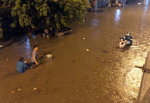 Đường Nguyễn Hữu Cảnh thành sông sau trận mưa đêm 1/6 dù có siêu máy bơm. Ảnh: Duy Trần.
