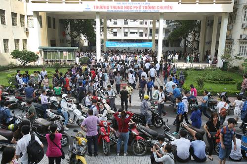 Khoảng 7.400 thí sinh dự thi vào lớp 10 trường THPT chuyên Đại học Sư phạm Hà Nội ngày 30/5.Ảnh: Ngọc Thành