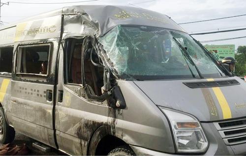 Ôtô khách sau tai nạn. Ảnh: Tin Tin