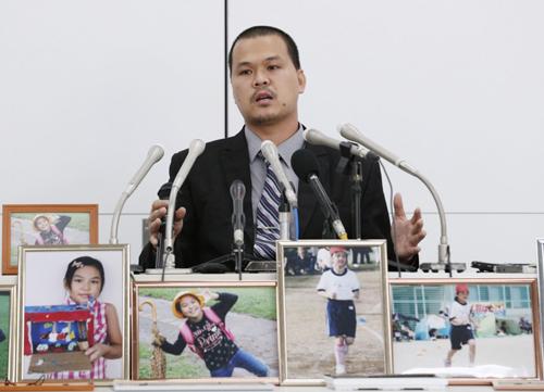 Anh Lê Anh Hào phát biểu bên các bức ảnh của bé Lê Thị Nhật Linh tại cuộc họp báo sau phiên xét xử đầu tiên ở Chiba hôm 4/6. Ảnh: Kyodo.