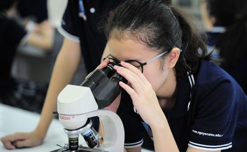 Học sinh sẽ được trải nghiệm một ngày học tập tạitrường THCS Nguyễn Siêu để được tuyển sinh vào trường. ẢnhHọc sinh trường Nguyễn Siêu thực hành Hóa học.