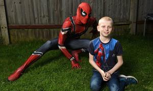 Ông bố đơn thân cải trang người nhện để chữa tự kỷ cho con