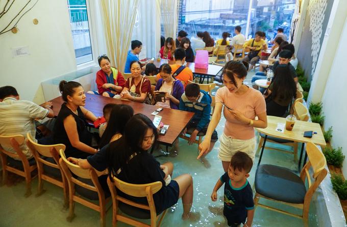 """<p class=""""Normal""""> Hơn một tuần nay, trên đường Phạm Văn Hai (quận Tân Bình, TP HCM) xuất hiện quán cà phê với không gian quán như một bể cá cho khách lội vào bên trong.</p> <p class=""""Normal""""> Chỉ vừa mở vài ngày nhưng quán luôn đông cho đến đêm, chủ quán nhiều khi phải từ chối nhận thêm khách.</p>"""