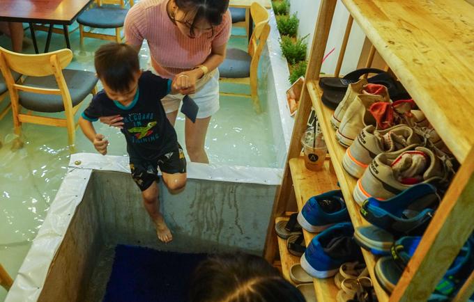 """<p class=""""Normal""""> Chủ quán xây vách cao khoảng 40 cm, thiết kế hệ thống máy bơm, chống thấm, lọc nước để tạo thành bể nước. Khách khi vào quán đều phải bỏ giày dép ở bên ngoài.</p>"""