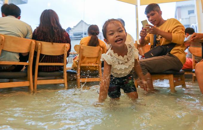 """<p class=""""Normal""""> Quán luôn đông khách nhất là vào chiều tối, nhiều bạn trẻ và gia đình sẵn sàng đợi hàng giờ để trải nghiệm cảm giác uống cà phê có cá bơi dưới chân. Những em nhỏ thích thú nghịch nước, bắt cá khiến nhân viên liên tục nhắc nhở để không ảnh hưởng tới người khác.</p> <p class=""""Normal""""> </p>"""