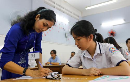 Thí sinh làm thủ tục dự thi THPT quốc gia. Ảnh: Quỳnh Trần.