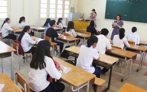 Thí sinh nghe phổ biến quy chế thi vào lớp 10 năm học 2018-2019. Ảnh: Ngọc Thành.