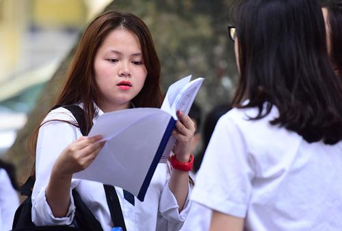 Nhiều thí sinh lo lắng khi đề thi THPT quốc gia có câu hỏi về thực hành thí nghiệm trong khi ở trường các em ít được học nội dung này. Ảnh: Ngọc Thành.