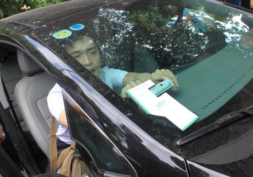Thẻ nộp phí không dừngđược dán lên kính phía trước hoặc đèn xe. Ảnh: Đ.Loan