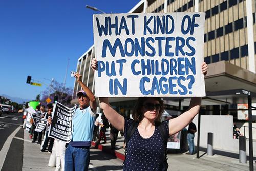 Người biểu tình phản đối chính sách nhập cư của Tổng thống Trump trước tòa nhà liên bang ở Los Angeles hôm qua. Ảnh: AFP