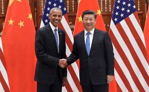 Obama (trái) bắt tay Tập Cận Bình bên lề APEC 2016 ở Lima, Peru. Ảnh: NDTV.