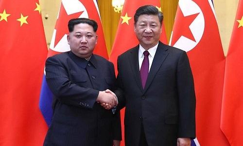 Lãnh đạo Triều Tiên Kim Jong-un bắt tay Chủ tịch Trung Quốc Tập Cận Bình tại Đại lễ đường Nhân dân Bắc Kinh hồi tháng 3. Ảnh: Xinhua.