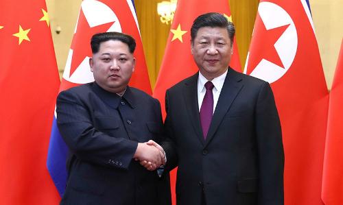 Lãnh đạo Triều Tiên Kim Jong-un (trái) hồi tháng 5 gặp Chủ tịch Trung Quốc Tập Cận Bình tạiĐại Liên. Ảnh: Reuters.