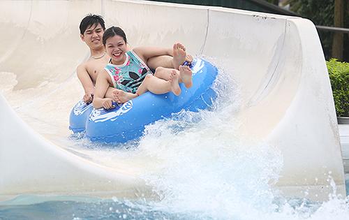 Nắng nóng, người Hà Nội đến công viên nước giải nhiệt. Ảnh: Ngọc Thành