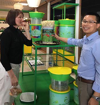TS Đỗ Ngọc Chung (bìa phải) giới thiệu sản phẩm làm rau giá tại Matxcơva. Ảnh: NC.