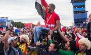 Cổ động viên nâng người ngồi xe lăn lên vai để xem World Cup