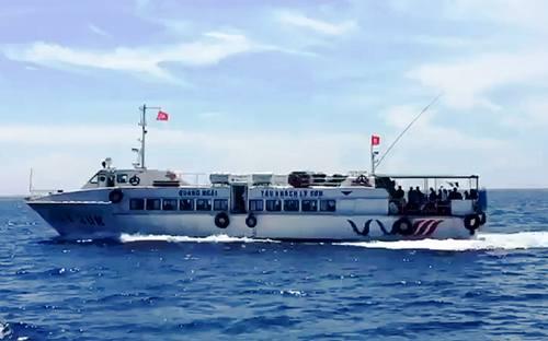 Tàu cao tốcsẽ vận chuyển đề thi THPT Quốc gia từ cảng Sa Kỳ về đảo Lý Sơn. Ảnh: Thạch Thảo.