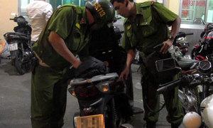 Cảnh sát cơ động Hà Nội chặn đoàn xe máy lạng lách, đánh võng