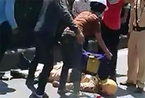 Sau tai nạn, nam cảnh sát giao thông bất tỉnh. Ảnh cắt từ clip