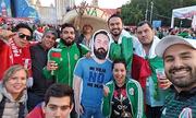 Cổ động viên Mexico in hình bạn thân lên bìa giấy, sang Nga xem World Cup