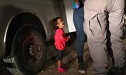Ảnh bé 2 tuổi gào khóc ở biên giới Mỹ gây xúc động
